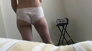Airless cam catches Anna taking elsewhere her bra and panties and posing