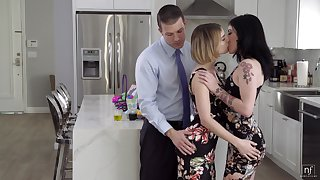 Caucasian housewife Rosalyn Sphinx kisses piece of baggage whose twat hubby fucks doggy